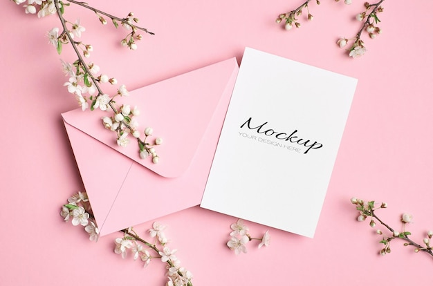 Макет свадебного приглашения с конвертом и ветками весеннего дерева с цветами