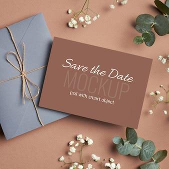 봉투, 유칼립투스 및 hypsophila 나뭇 가지가있는 결혼식 초대 카드 모형