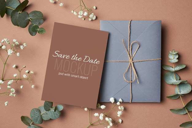 봉투, 유칼립투스, 히프소필라 잔가지가 있는 결혼식 초대 카드 모형