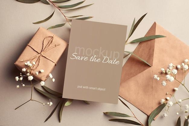 봉투, 선물 상자, 유칼립투스, 히소필라 잔가지가 있는 결혼식 초대 카드 모형