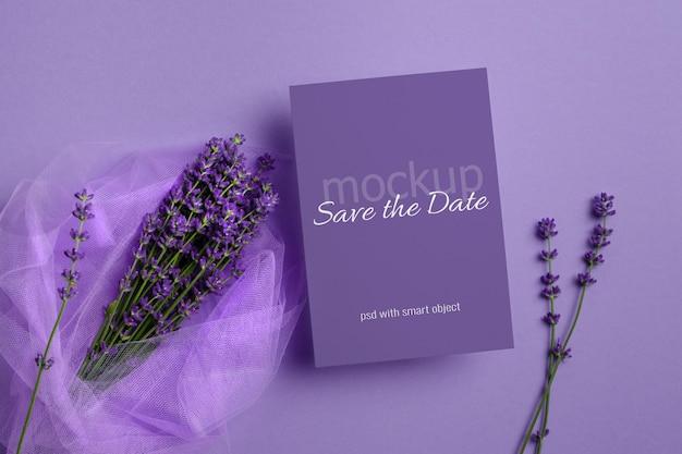 신선한 라벤더 꽃 부케와 결혼식 초대 카드 모형