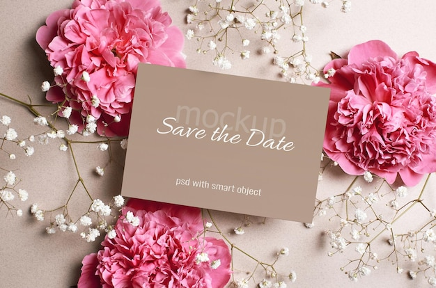 Макет свадебного приглашения с розовым пионом и белыми цветами гипсофилы