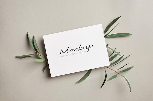 유칼립투스 나뭇 가지와 청첩장 또는 인사말 카드 모형