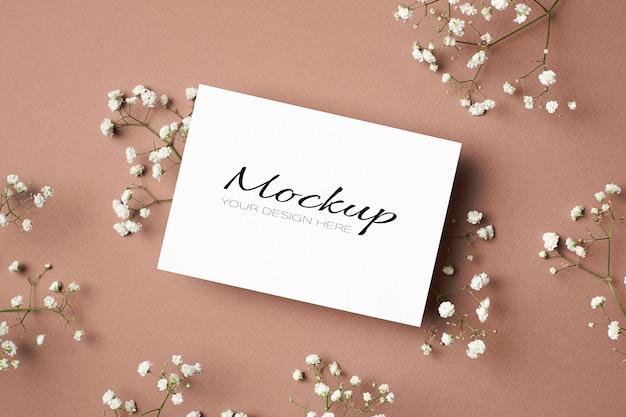 Свадебное приглашение или макет поздравительной открытки с белыми цветами гипсофилы
