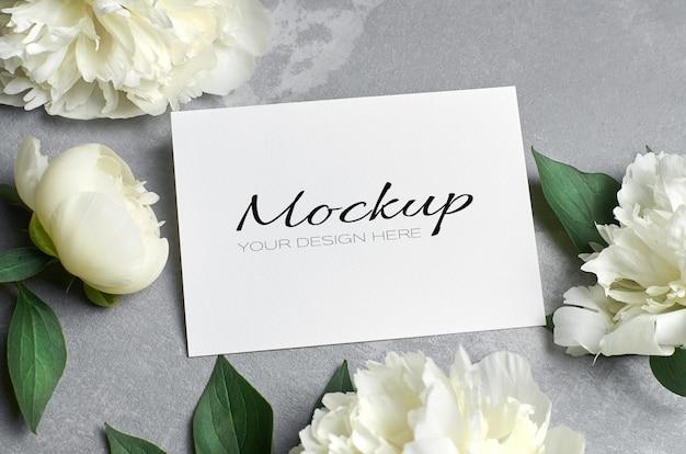 Свадебное приглашение или макет поздравительной открытки с белыми цветами пиона на сером Premium Psd