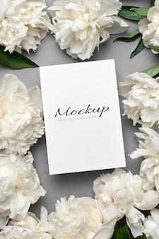 회색에 흰색 모란 꽃이 있는 청첩장 또는 인사말 카드 모형