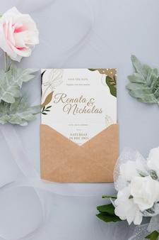 葉のモックアップと結婚式の招待状