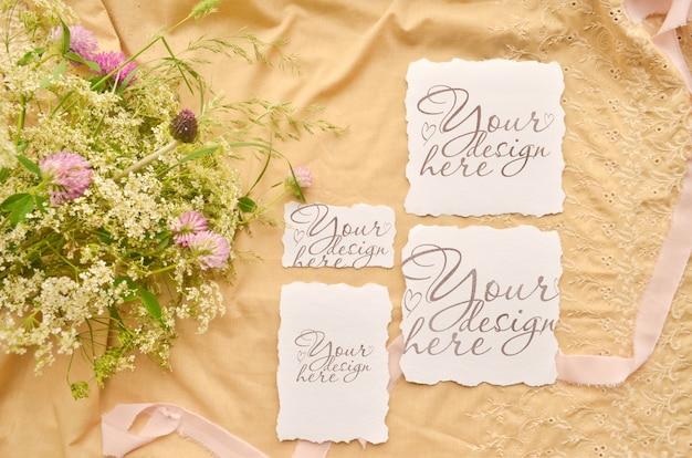 結婚式の招待カードセット。花とリボンのモックアップテンプレートのコラージュ。