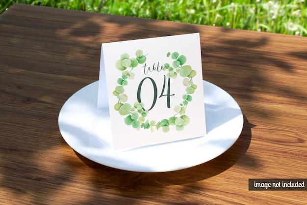 고전적인 흰색 접시 모형에 결혼식 장소 카드