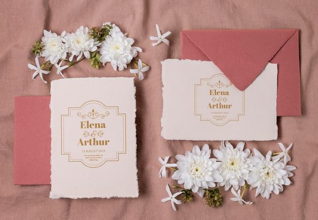 招待状のデザインと結婚式の静物モックアップ