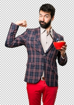 Хорошо одет мужчина держит чашу злаков