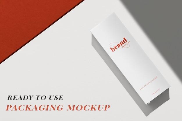 Psd макет упаковки белой коробки для косметических товаров в минималистичном дизайне