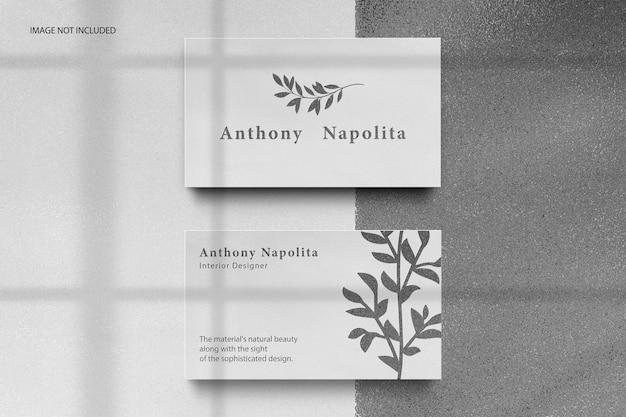 Белая визитка с тисненым логотипом