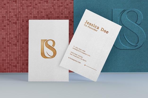 Белая визитная карточка логотип макет текстурированная золото