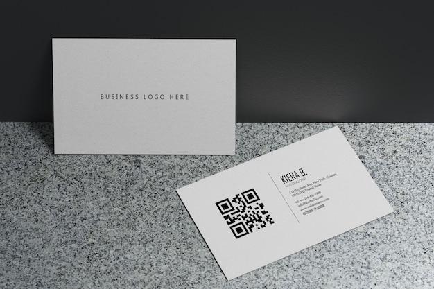 空白スペースカバー付きの白い名刺紙モックアップテンプレート