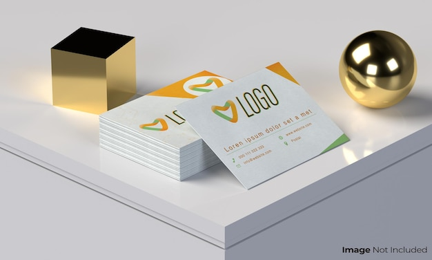 明るい背景と金色のオブジェクトに白い名刺セットのモックアップbusinnesカード