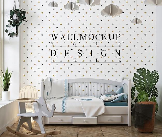 壁のモックアップと白い古典的な赤ちゃんの寝室