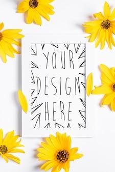 Белая пустая рамка для фотографий с желтым цветком на белом, плоская планировка