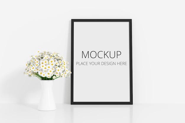 프레임 모형과 흰 꽃