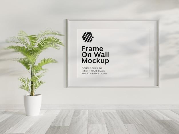 벽 모형에 걸려있는 흰색 프레임