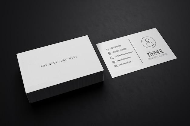 空白スペースカバー付きの白い水平名刺紙モックアップテンプレート