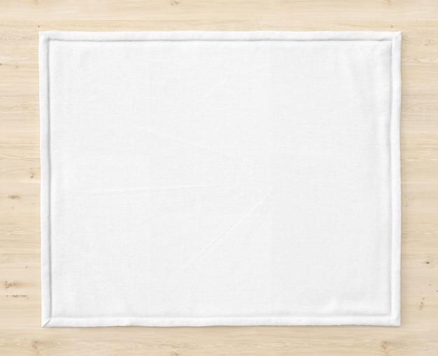 木製のテーブルに白いマット