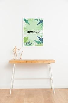 Белая рамка-макет на белой стене в помещении
