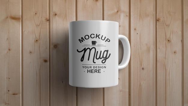 木製の表面のモックアップに白いマグカップ