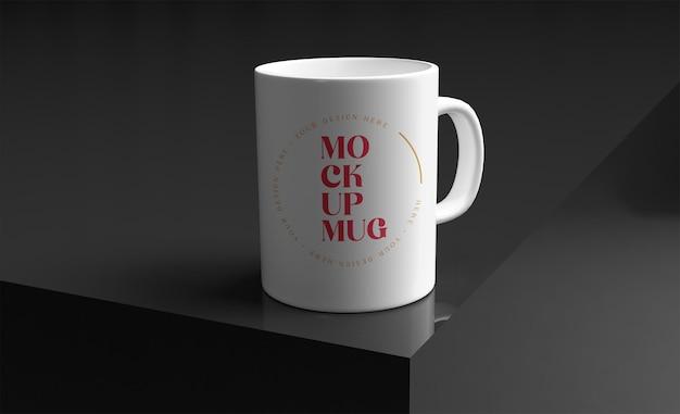 エレガントな黒い表面のモックアップ上の白いマグカップ