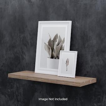 나무 선반에 흰색 사진 프레임 모형