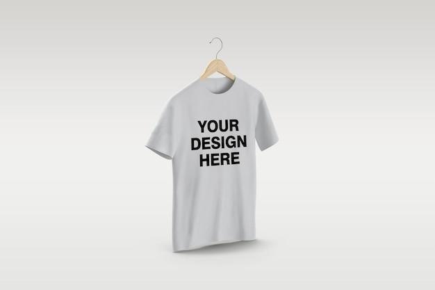 고립 된 옷걸이 모형 디자인에 흰색 티셔츠