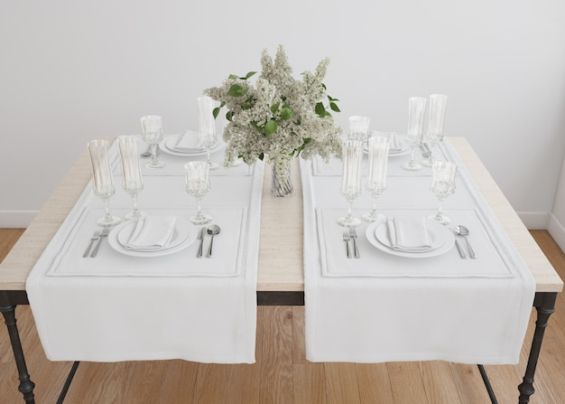 花瓶と白いテーブルセッティング
