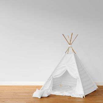 木製の床に白いテント