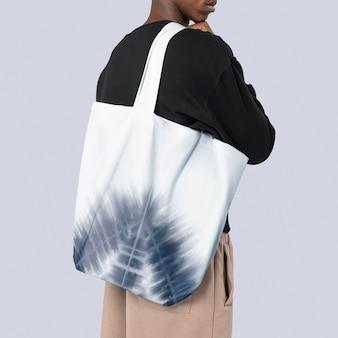 Макет белой сумки-тоут с летней атмосферой