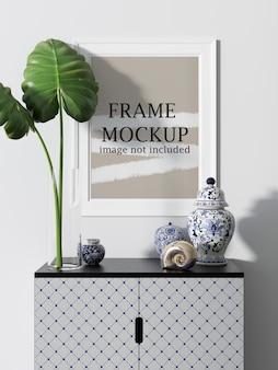 현장에서 세라믹 화병과 식물이있는 흰 벽 프레임 모형
