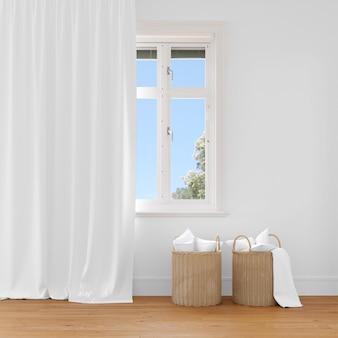 Плетеная корзина возле штор