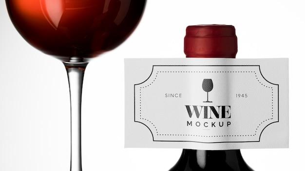 Этикетка бутылки вина и стакан макет крупным планом