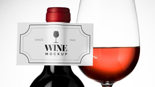 와인 병 라벨과 유리를 가까이까지 모의
