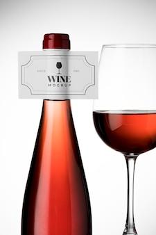 ワインボトルのラベルとガラスのモックアップ