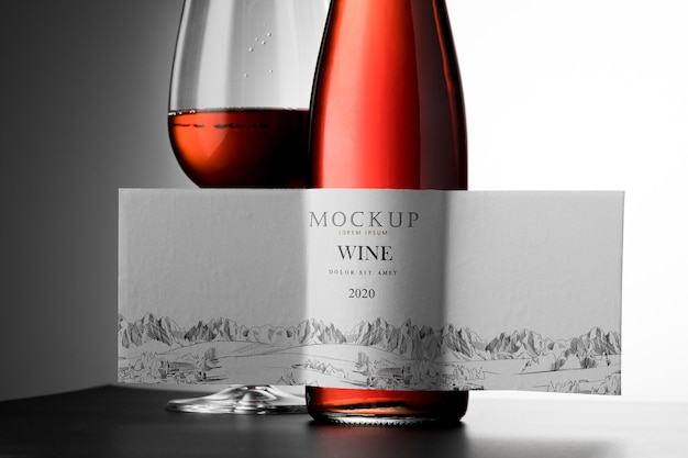 Etichetta della bottiglia di vino e vetro finto da vicino