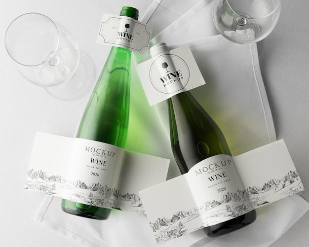 Etichetta della bottiglia di vino e vetro mock up flat lay