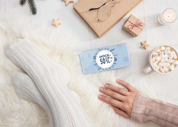 Composizione hygge invernale con mock-up del telefono