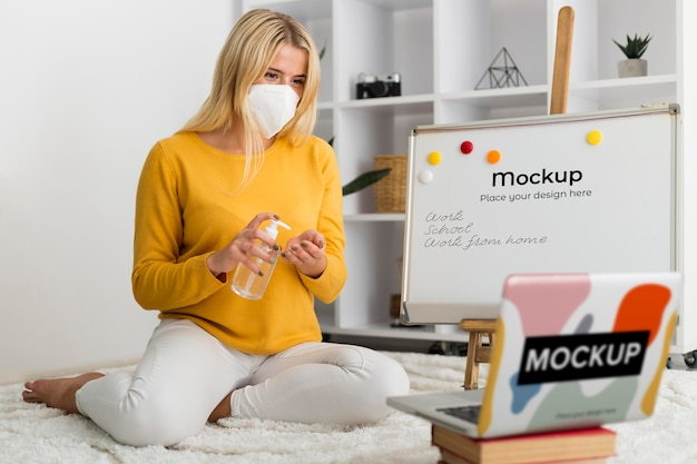 Donna in cattive condizioni con laptop e lavagna mock-up