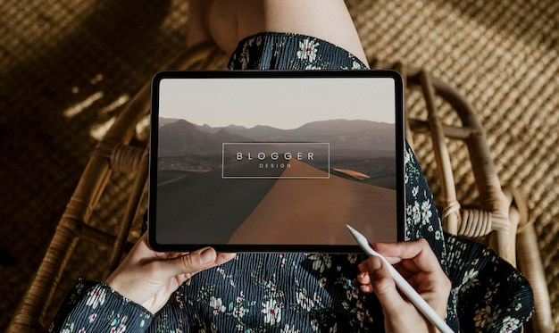 Женщина ведет блог на макете цифрового планшета