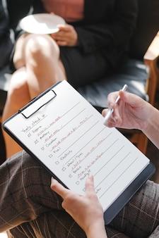 Женщина проверяет список для автомобильного осмотра