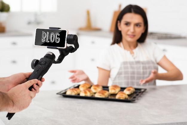 Женщина снимает для блога макет