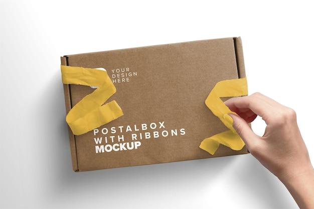 Scatola postale con apertura a mano di donna con mockup di nastri ribbon