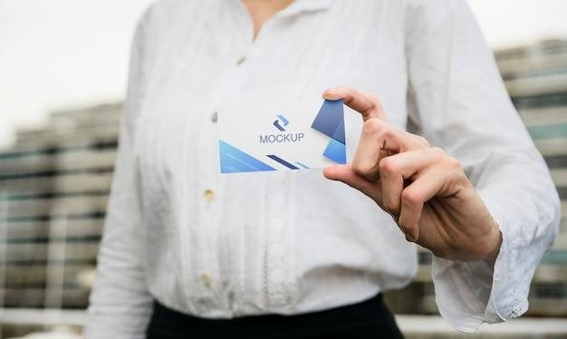 Женщина удерживания визитной карточки напольная