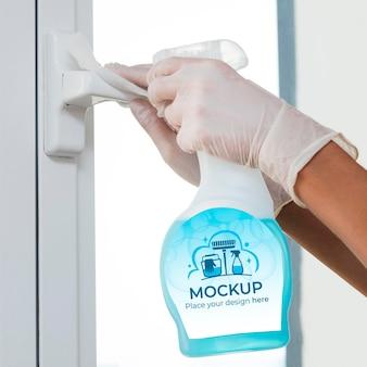 Donna che tiene un prodotto per la pulizia con confezione mock-up
