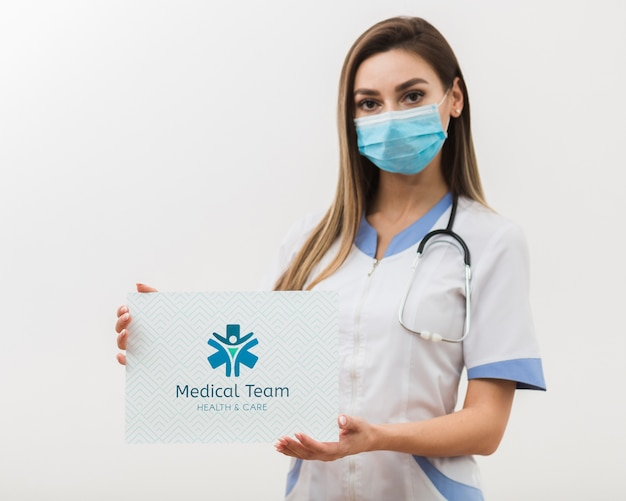 医療のモックアップカードを保持している女性